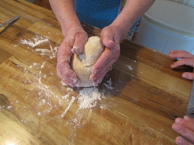 Баба меси корите за домашната баклава.